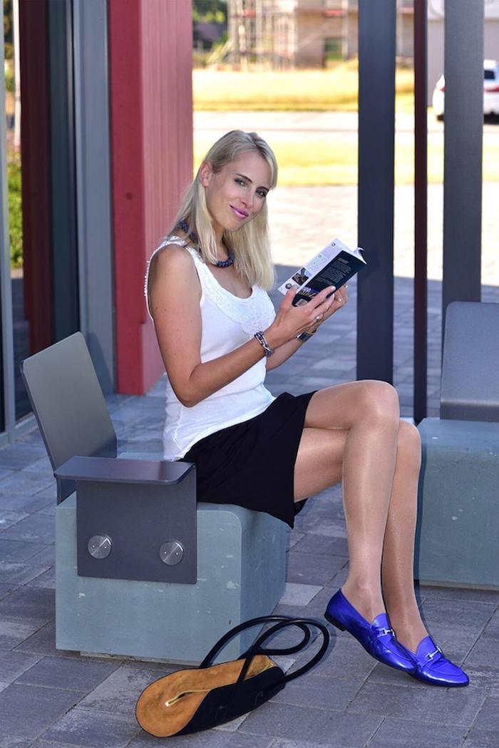 Elischeba Wilde - Model in Seidenstrumpfhose mit blue metallic loafer