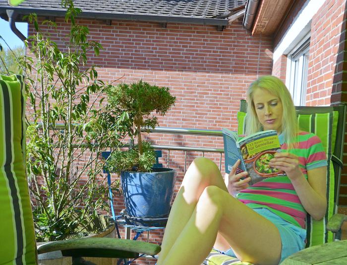 Elischeba liest im Buch 111 Basen-Rezepte für Genießer von Stefanie Arlt