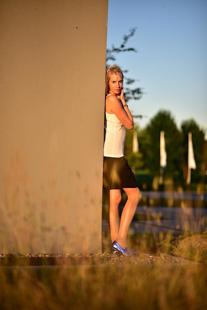 Elischeba Wilde trägt blaue flache Schuhe in der Abendsonne