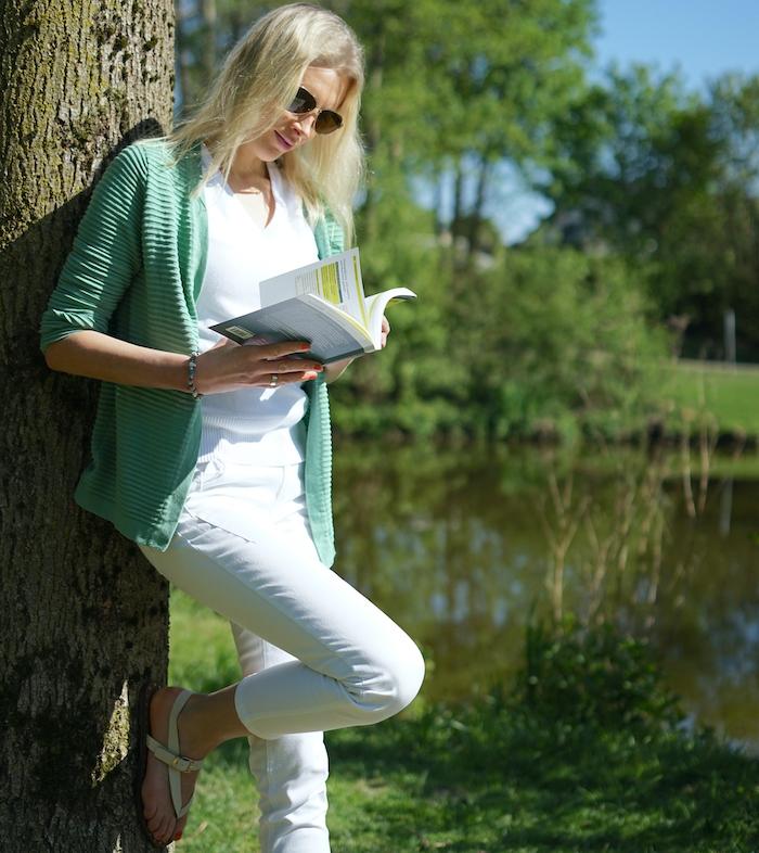 Elischeba Wilde - blonde Frau beim Buch lesen in der Natur