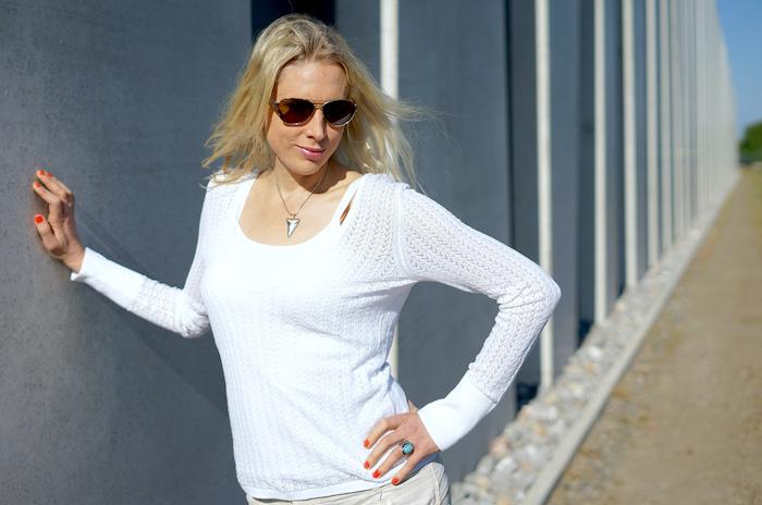Elischeba Wilde - Frau mit weißem Pullover