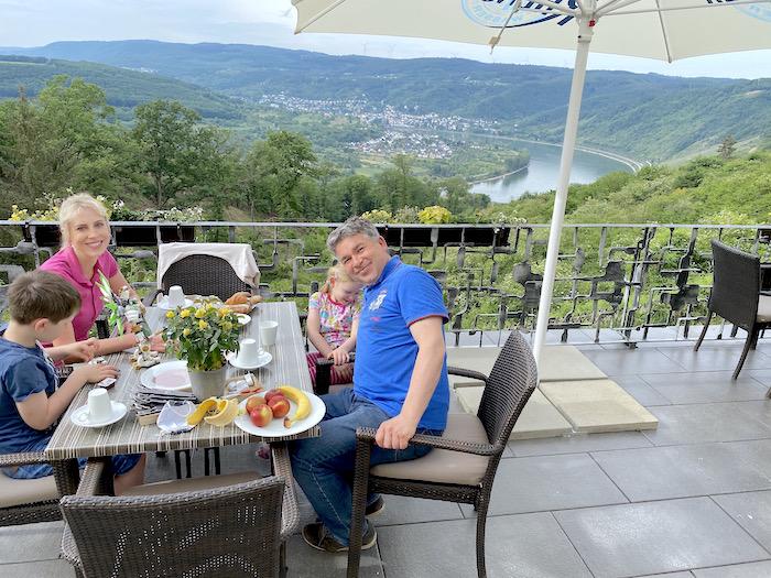 Hotelfrühstück nach dem Corona-Lockdown mit Blick auf den Rhein - Klostergut Jakobsberg