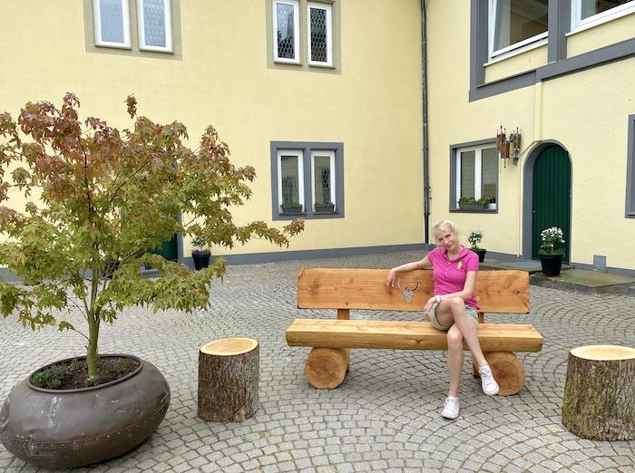 Elischeba im Innenhof des Klosterhofs Jakobsberg