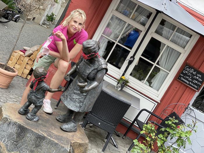 Statuen mit Masken - Elischeba Wilde