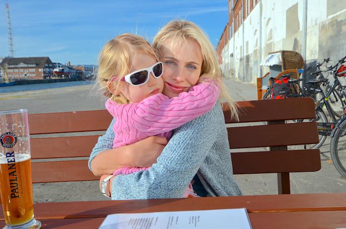 Elischeba mit Emily an der Fischbörse in Cuxhaven