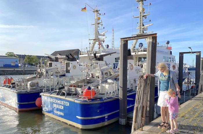 Elischeba und Emily am Innenhafen von Cuxhaven