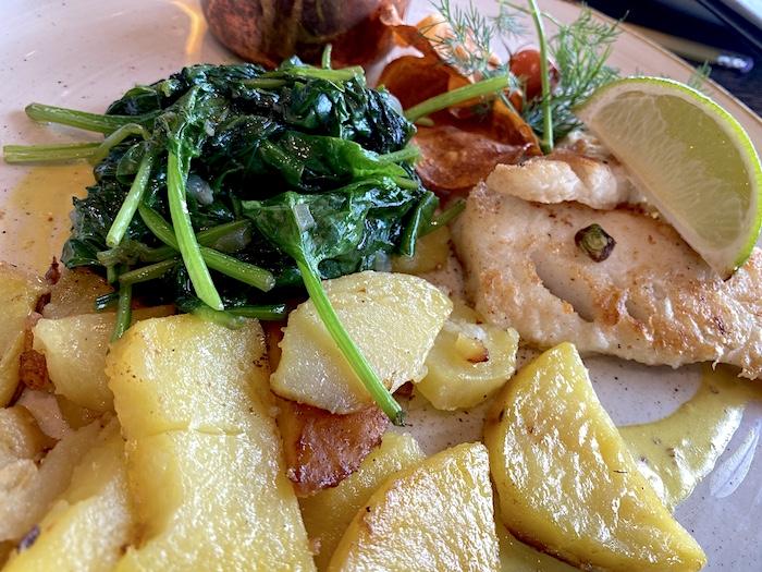 Kliff Restaurant - Kabeljau in Senfsauce mit Blattspinat und Bratkartoffeln