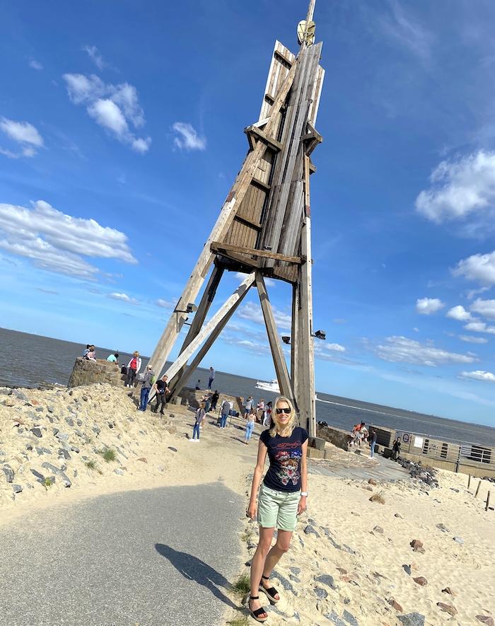 Elischeba Wilde - mit Touristen an der Kugelbake in Cuxhaven