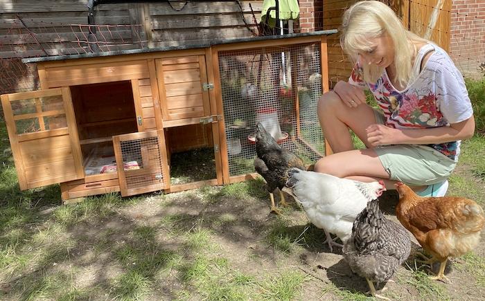 Elischeba Wilde - Frau mit Hühnern