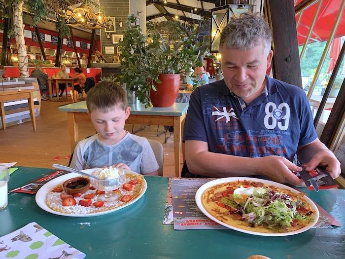 Leon und Pierre im Restaurant Woodys Pancakes und Steaks