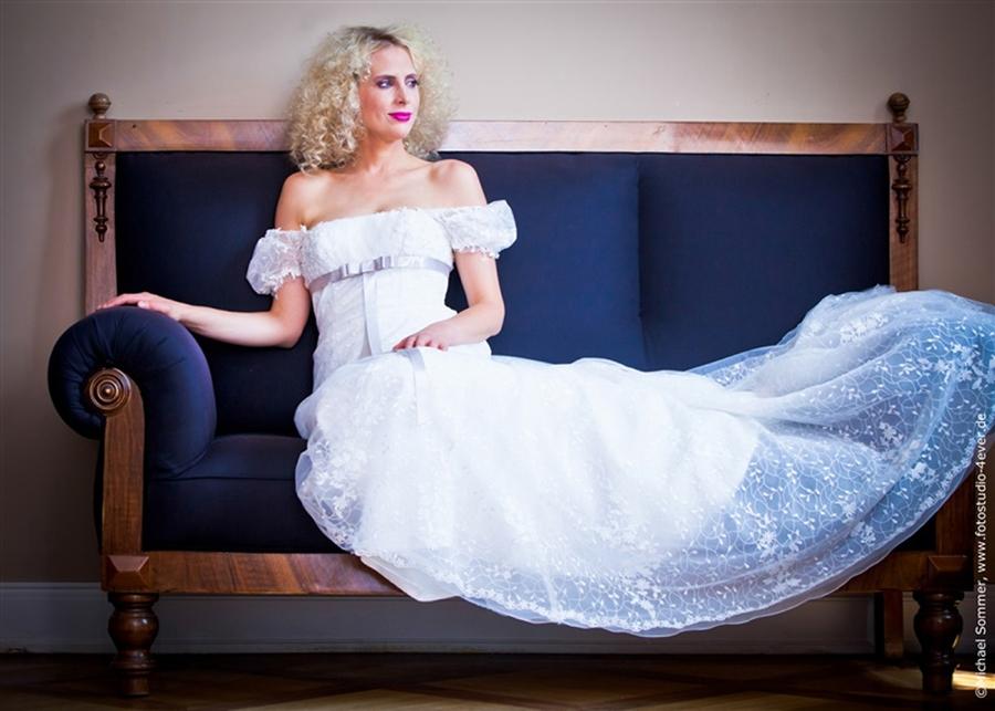 Elischeba im Brautkleid im Schloss