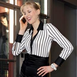 Elischeba Wilde Business Lady mit Smartphone