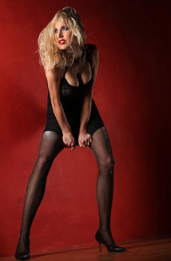 Model Elischeba Wilde in schwarzen Nylons - Wild Style glamourös
