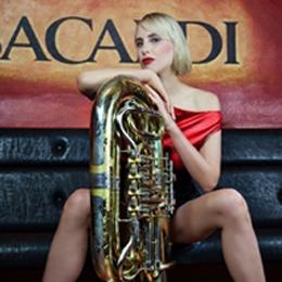 Elischeba mit Tuba - Shooting in der Bar