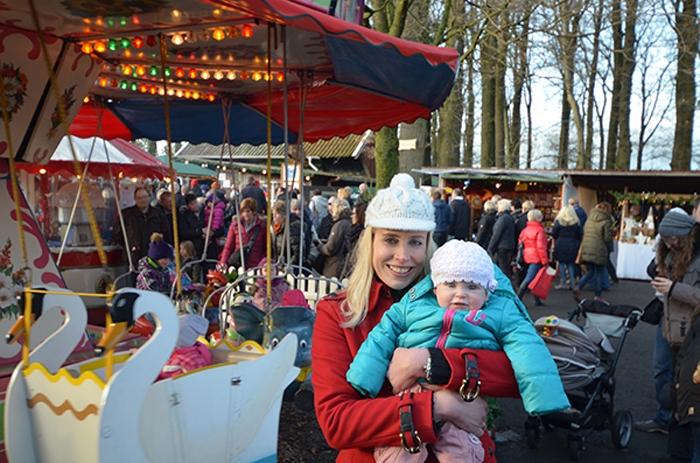 Elischeba und Emily auf dem Weihnachtsmarkt Borken Marbeck im Dezember 2015