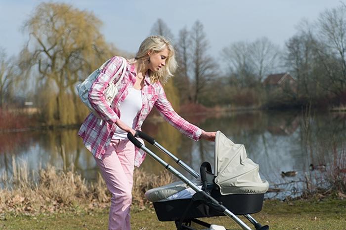 Elischeba mit Emily im Kinderwagen