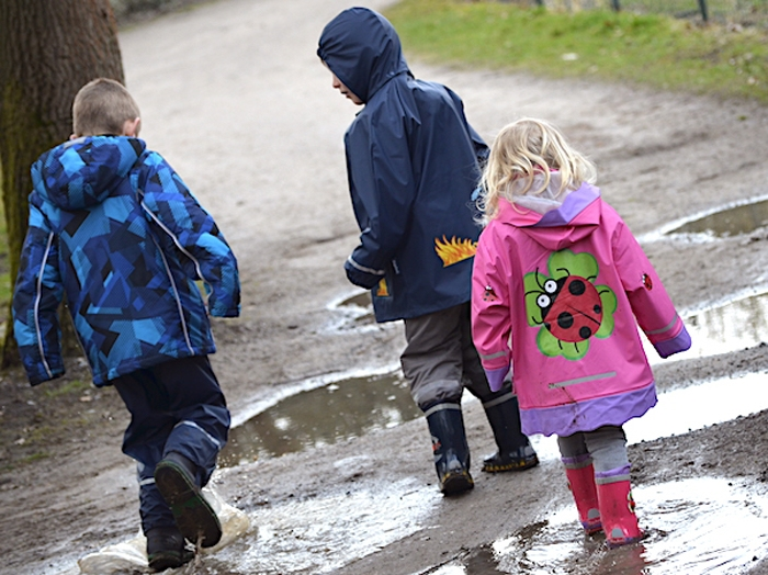 Kinder in Regenklamotten