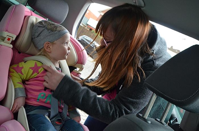 Emily im kiwy Autositz in rosa