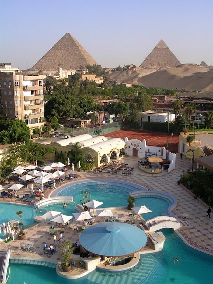 Hotel in Ägypten mit Blick auf die Pyramiden