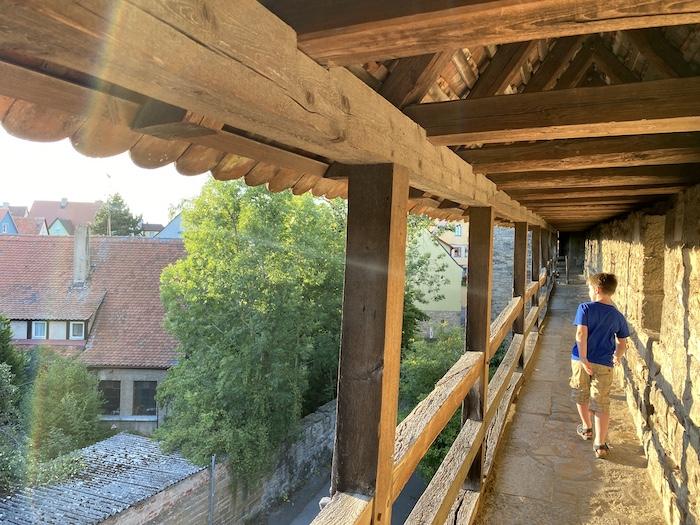 Turmweg mit Kindern in Rothenburg ob der Tauber