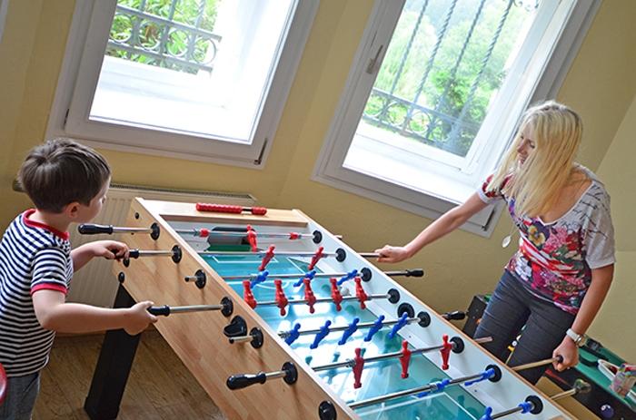Tischfußball spielen - Elischeba und Leon