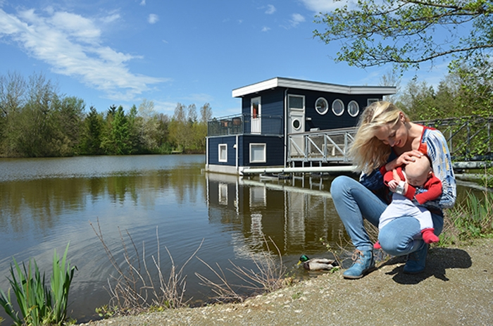 Elischeba mit Emily vor dem Hausboot