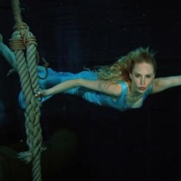 Elischeba Wilde schwebt unter Wasser