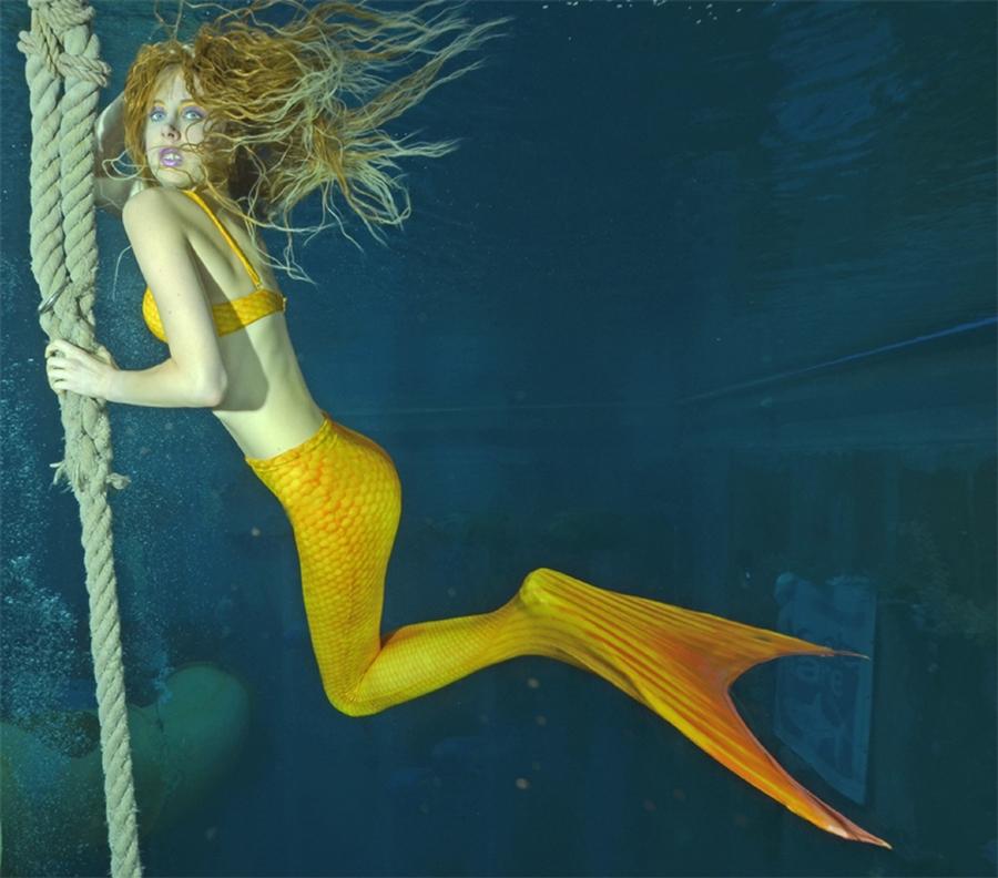 Elischeba Wilde - stylische Mermaid under water