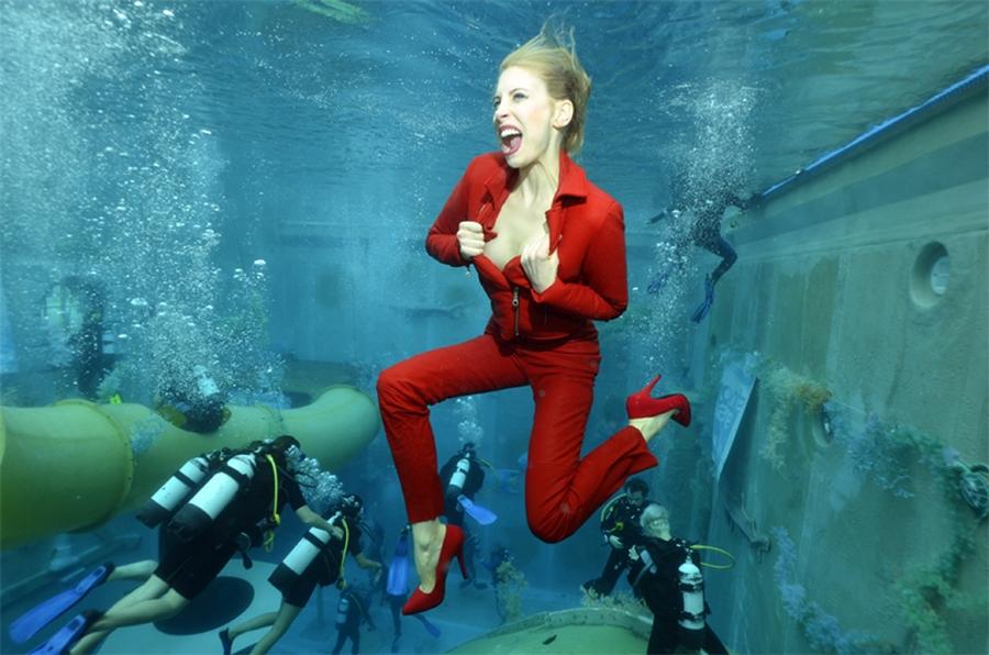 Model Elischeba Wilde in High Heels und Red Leather under water