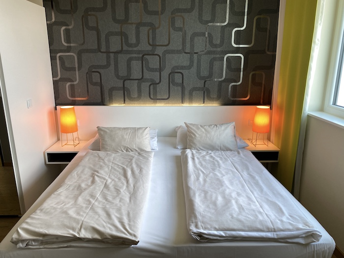 Betten im Harrys Home Hotel in München-Moosach