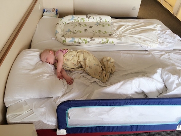 Emily schlafend im Bett - Mutter-kind-Kur in Rerik