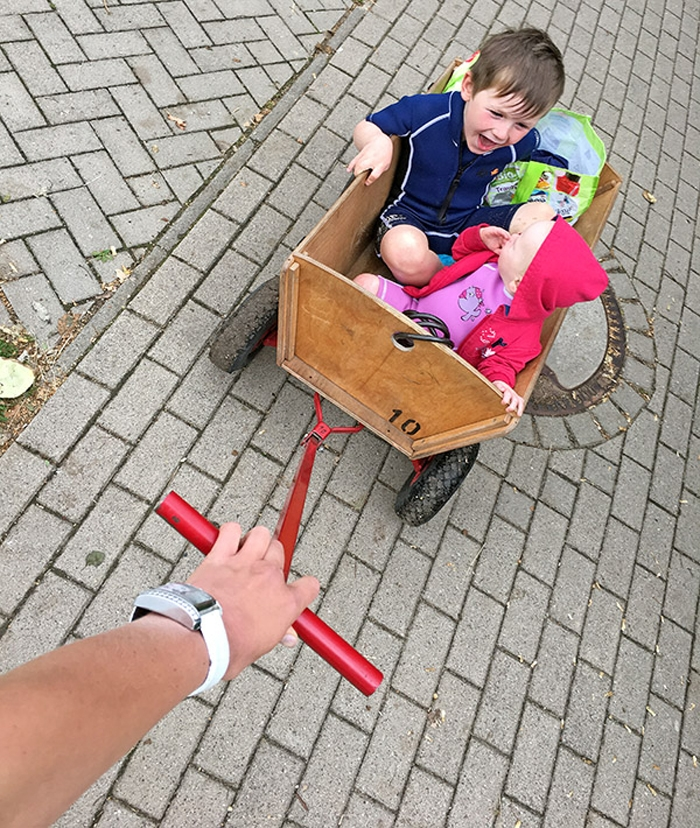 Emily und Leon im Bollerwagen