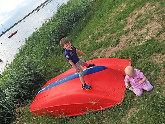 Leon und Emily - Boot spielen in Rerik