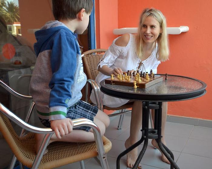 Elischeba und Leon beim Schach spielen auf dem Balkon des SBH Fuerteventura Playa