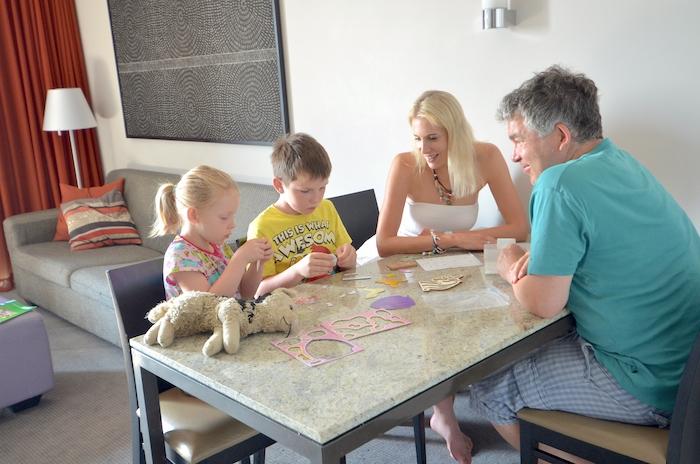 Familie Wilde am Tisch im Hotel Adina in Frankfurt
