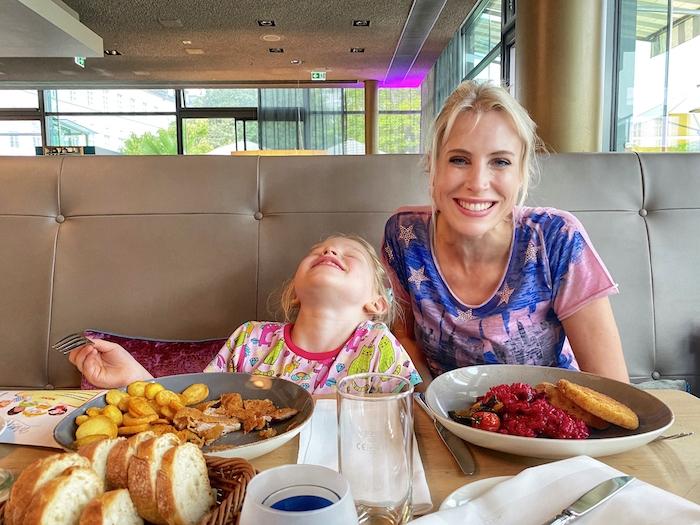 Frankfurt am Main - Elischeba Wilde mit Tochter