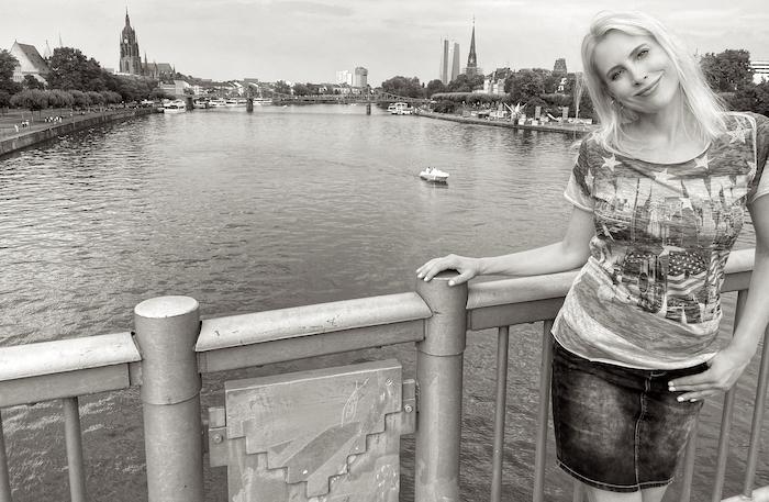 Frankfurt SW-Bild - Skyline mit Model Elischeba Wilde