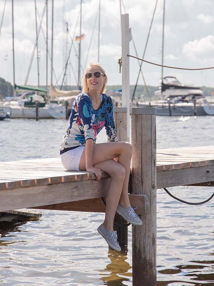 Julia Elischeba Wilde am Hafen in Rerik