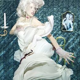 Model Elischeba Wilde im Barock Style unter Wasser