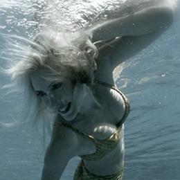 Elischeba Wilde unter Wasser als coole Meerjungfrau