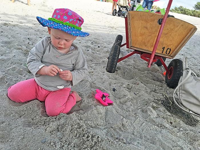 Emily spielend im Sand