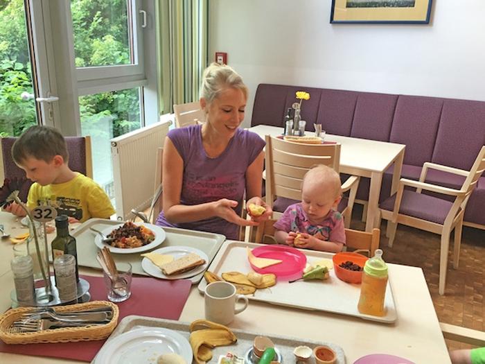 Elischeba mit Kids beim Frühstück im Restaurant - Mutter-Kind-Kur in Rerik