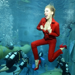 Model Elischeba Wilde in High Heels und Red Leather under water