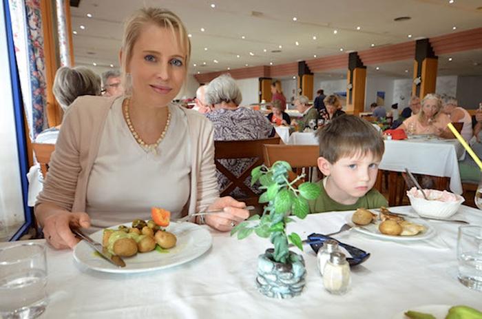 Elischeba und Leon im Restaurant des SBH Fuerteventura Playa