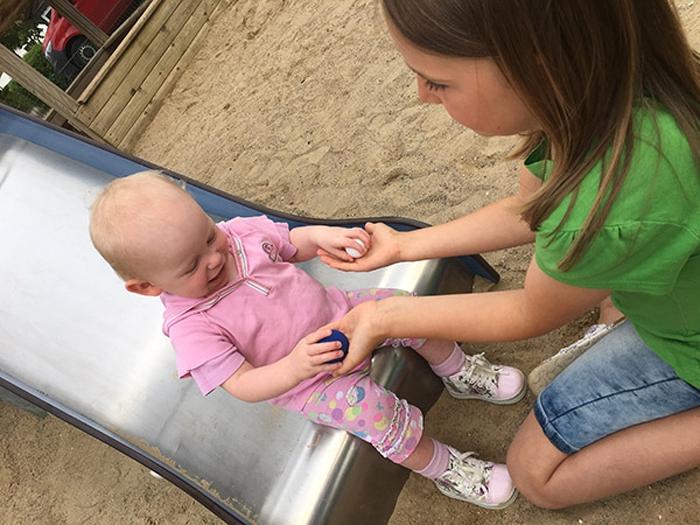 Emily mit rosa Schuhen - spielen mit Freundin