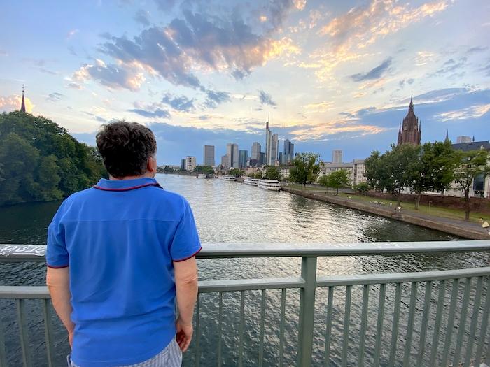 Spaziergang in Frankfurt - Skyline und Main