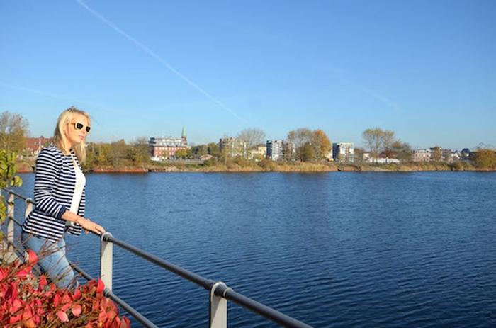 ATLANTIC Hotel Wilhelmshaven - Elischeba Wilde geniesst die Aussicht aufs Wasser