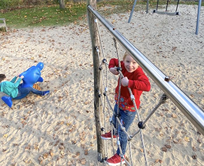 babauba Mode Verlosung - Emily auf dem Spielplatz