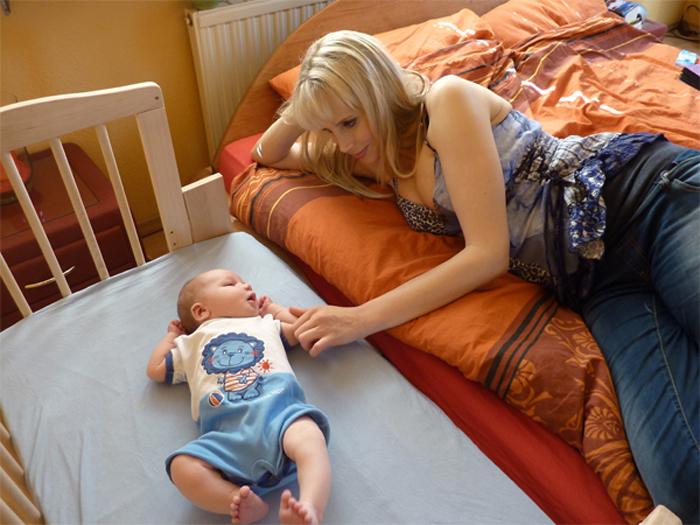 Elischeba mit Leon im Balkon-Bettchen