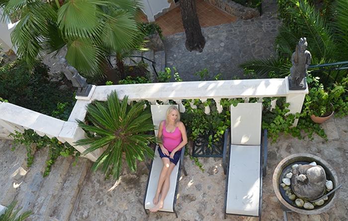 Elischeba relaxt im Garten des Hotel Bon Sol auf Mallorca